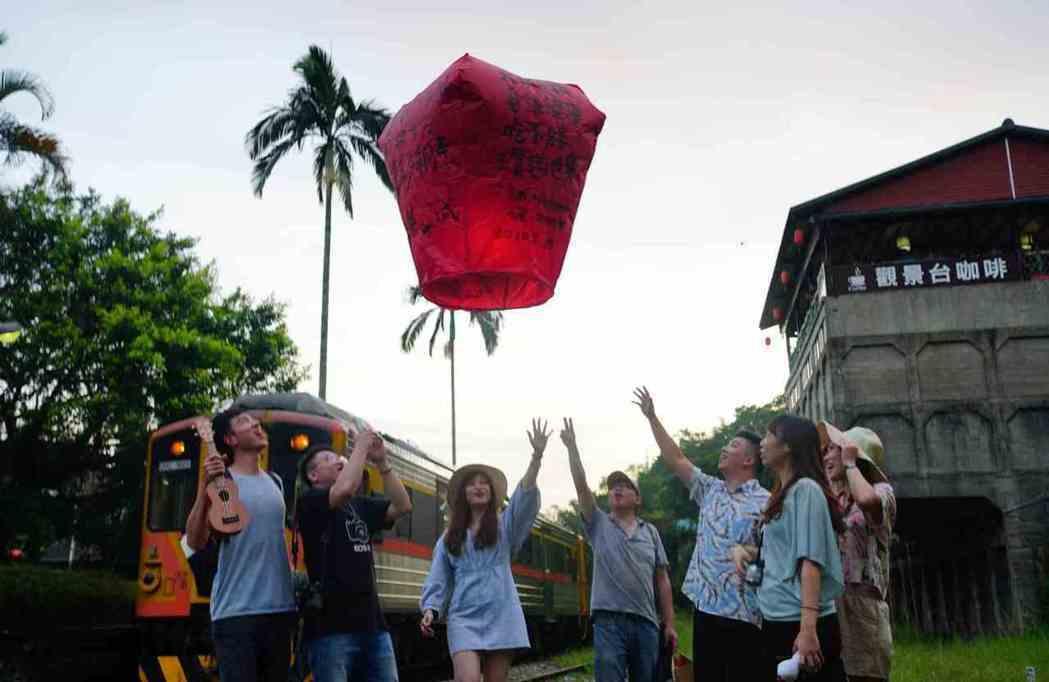 遊客在菁桐老街施放天燈。 業者/提供