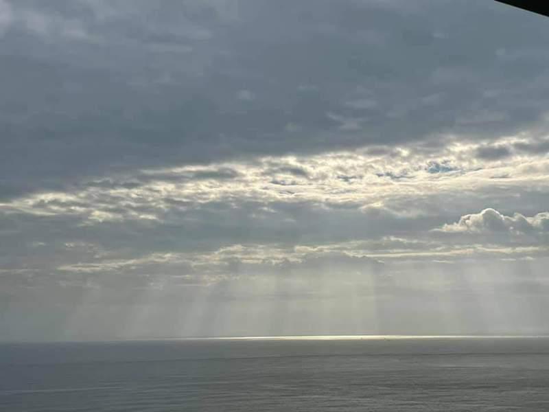宜蘭人太久沒見到出太陽,今天陽光終於露臉了!民眾開心拍照,更擔心只是陽光「詐」現。圖/翻攝自宜蘭知識+臉書