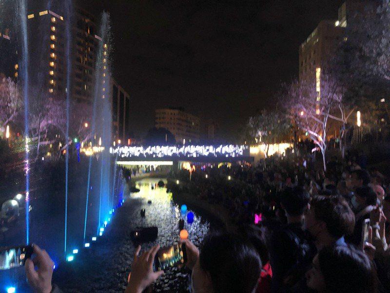 台中市政府在柳川推出「耶誕水舞秀」河道人潮滿滿,民眾須注意安全。記者陳秋雲/攝影