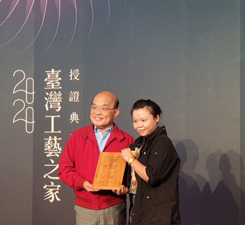 蘇貞昌(左)授證予台灣工藝之家得主。記者陳宛茜/攝影