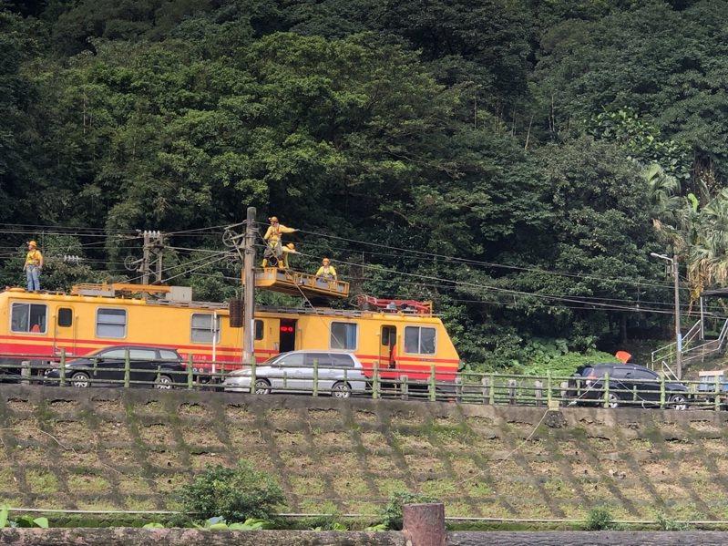 台鐵搶修猴硐段鐵路,近午開始拉設東正線電力線。記者邱瑞杰/翻攝