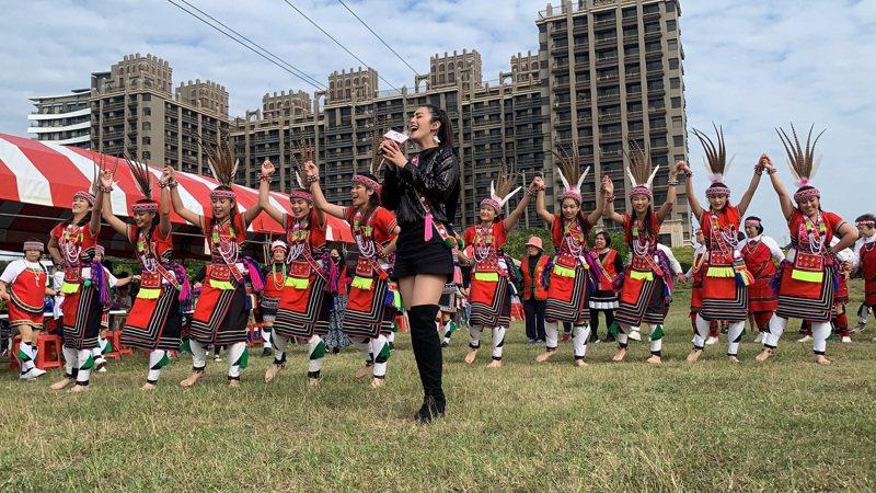 原住民歌手舞思愛演唱,搭配穿著傳統服飾的族人精彩的舞蹈表演,炒熱現場氣氛。記者陳斯穎/攝影