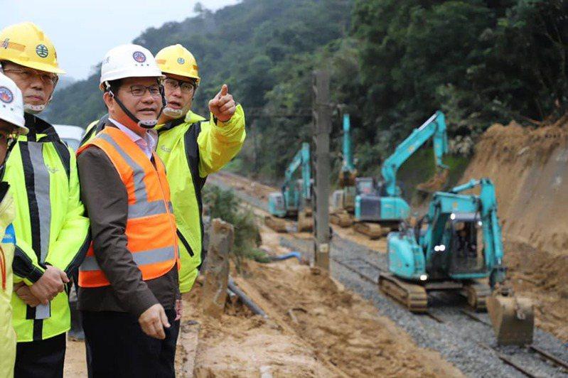 交通部長林佳龍(左二)今天到台鐵瑞芳猴硐段視察搶修工程。圖/取自林佳龍臉書