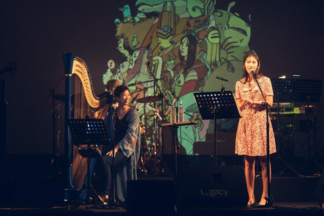 王若琳(右)邀請因音樂劇「向左走向右走」結識的蘇珮卿擔任嘉賓。圖/索尼音樂提供