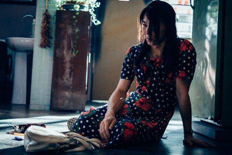 李李仁新片「迷失安狄」獻出從影以來最犧牲表演,不僅要讓身高178公分的他找到合適的洋裝、長裙,每天都要花費1個半至2小時的時間化妝,還有被性歧視、露臀等大膽橋段,連他自己都苦笑稱「這是我有史以來最大...