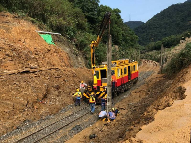 台鐵猴硐段東正線搶修工程接近尾聲,預計晚間9點過後,安排列車回收通過崩塌路段試行。圖/交通部提供