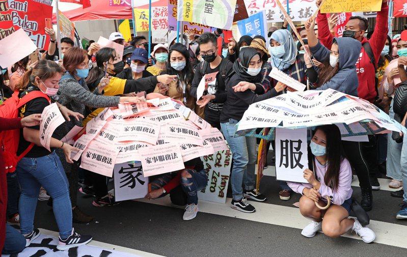 台灣移工聯盟召聚多名移工到立法院外抗議蔡英文總統沒有落實當初承諾推動的「家事服務法」。記者潘俊宏/攝影