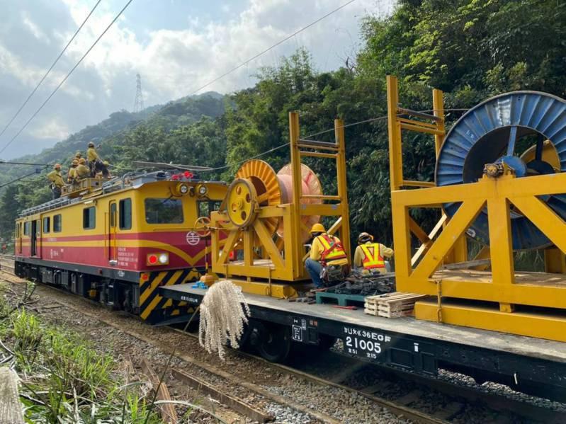 台鐵瑞芳—猴硐12月4日因連日大雨造成邊坡走山崩塌,連日來不停搶修。圖/台鐵提供
