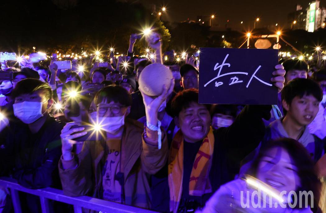 告五人今天在簡單生活節演出,歌迷高舉牌子與哈密瓜。記者余承翰/攝影