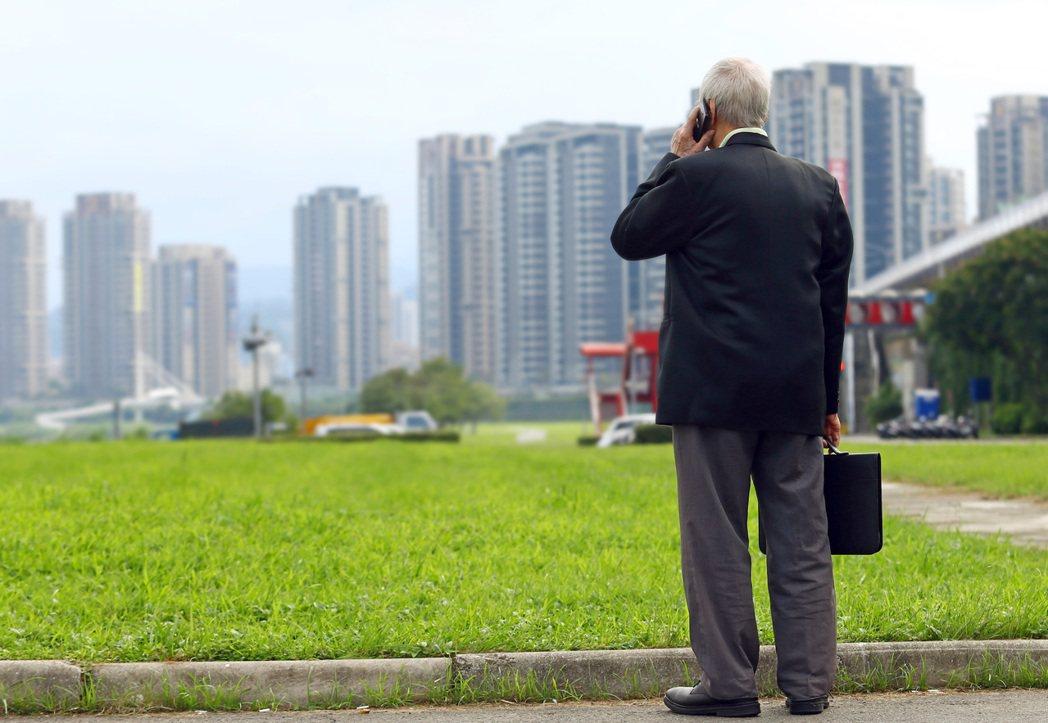 退休時代來臨,及早「存老本」,多交朋友、接觸新事物,避免成為人生無趣的孤寂老人。...