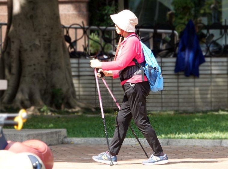 人類平均壽命延長,是否退休的觀念與制度隨著年齡而改變,許多人退休後仍保有健康身體...