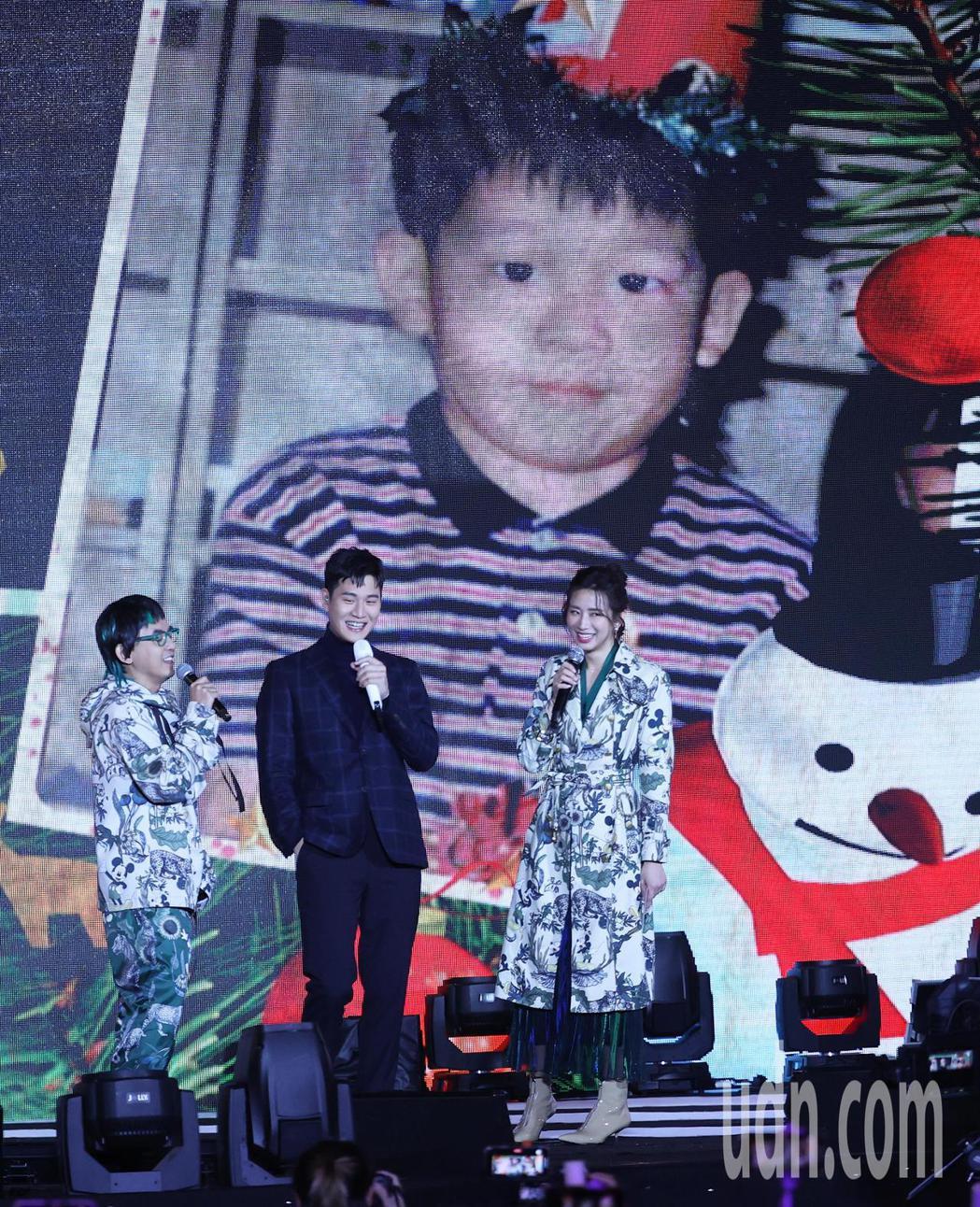 新北耶誕城演唱會,歌手周興哲(中)與舊愛主持人趙岱新(右)在舞台上相互擁抱致意,...