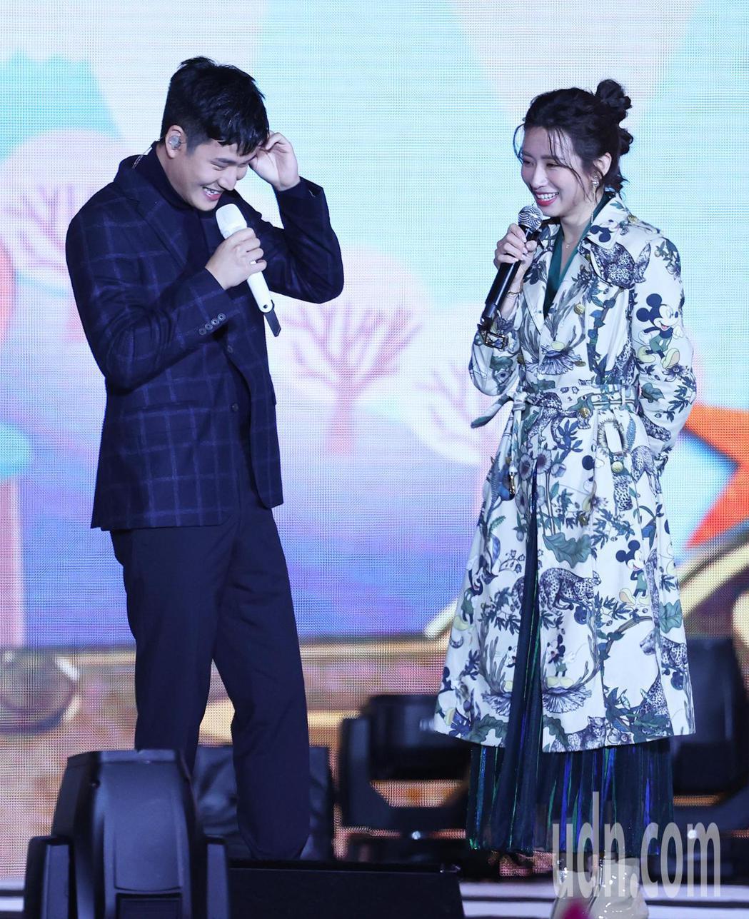 新北耶誕城演唱會,歌手周興哲(左)與舊愛主持人趙岱新(右)在舞台上相互擁抱致意,...