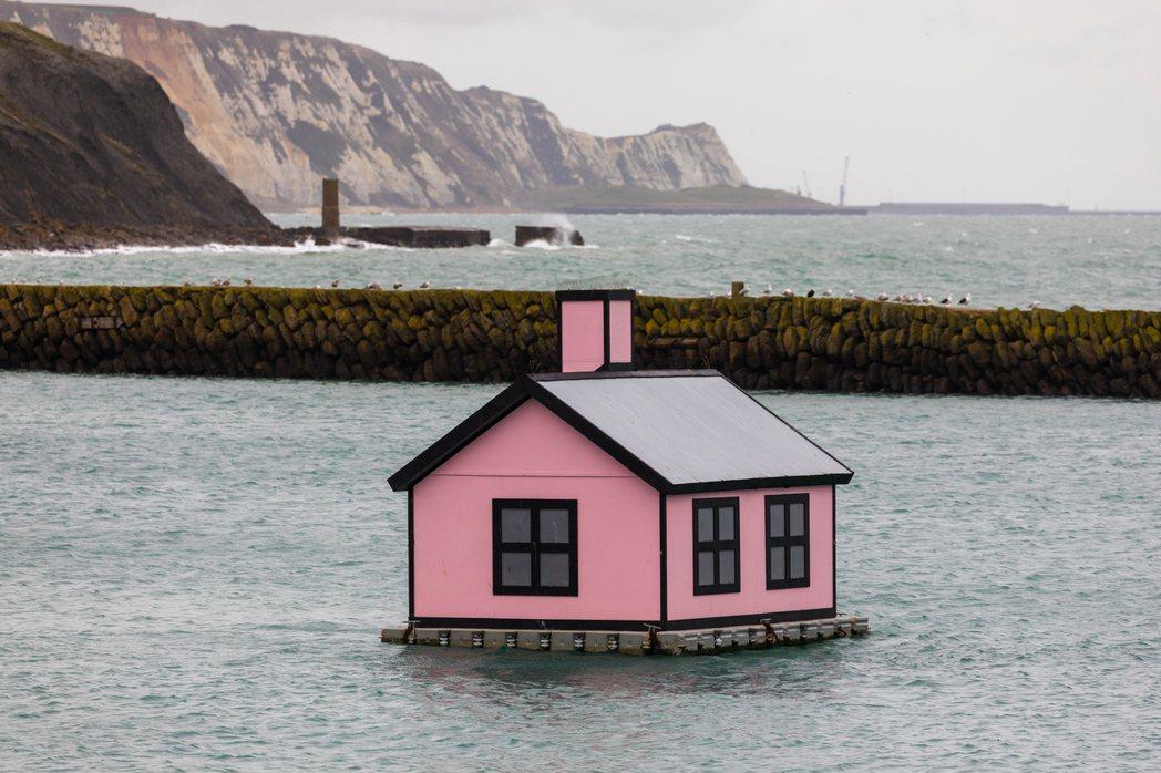 一間浮動房屋13日在英國英格蘭肯特郡一個港口漂著。(歐新社)