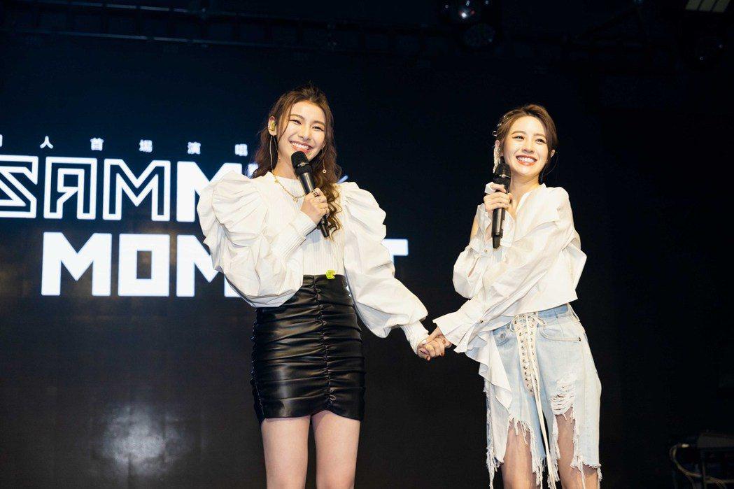 張語噥(右)跟閨密采子合唱「一點一點」。圖/上城娛樂提供