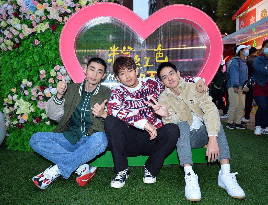 章廣辰(左起)、吳念軒、劉敬合體宣傳「粉紅色時光」。圖/TVBS提供