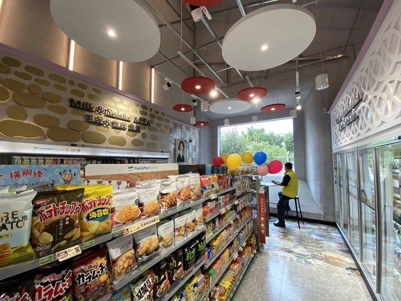 台中中央公園最美全家便利商店,位於遊客中心內。  圖/趙容萱 攝影