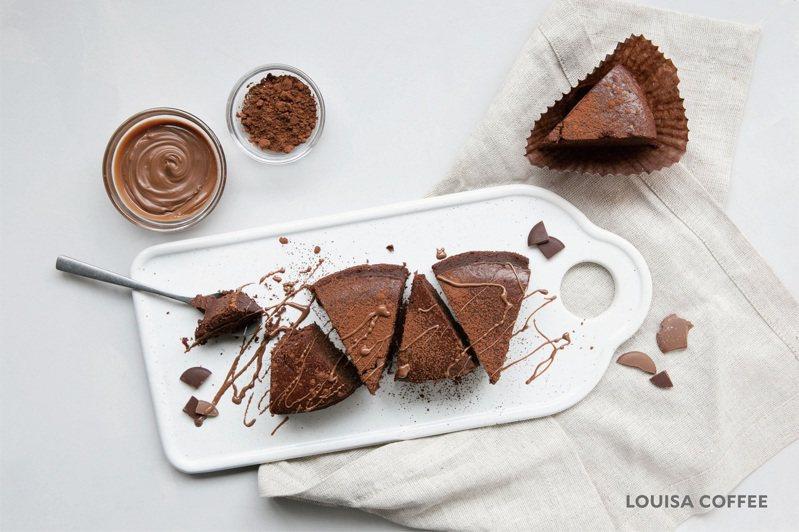白蘭地生巧克力蛋糕、黑森林波士頓派均以單片販售,不提供整模不切分。圖/路易莎提供