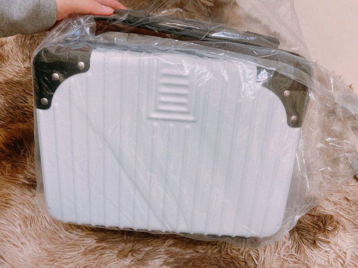 一名網友在Dcard上發文詢問用行李箱當作交換禮物是否會太爛?圖/取自《Dcard》
