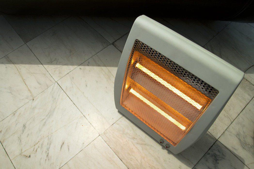 網友好奇詢問「租屋買電暖器好嗎」,貼文一出掀起眾人熱議。示意圖/ingimage