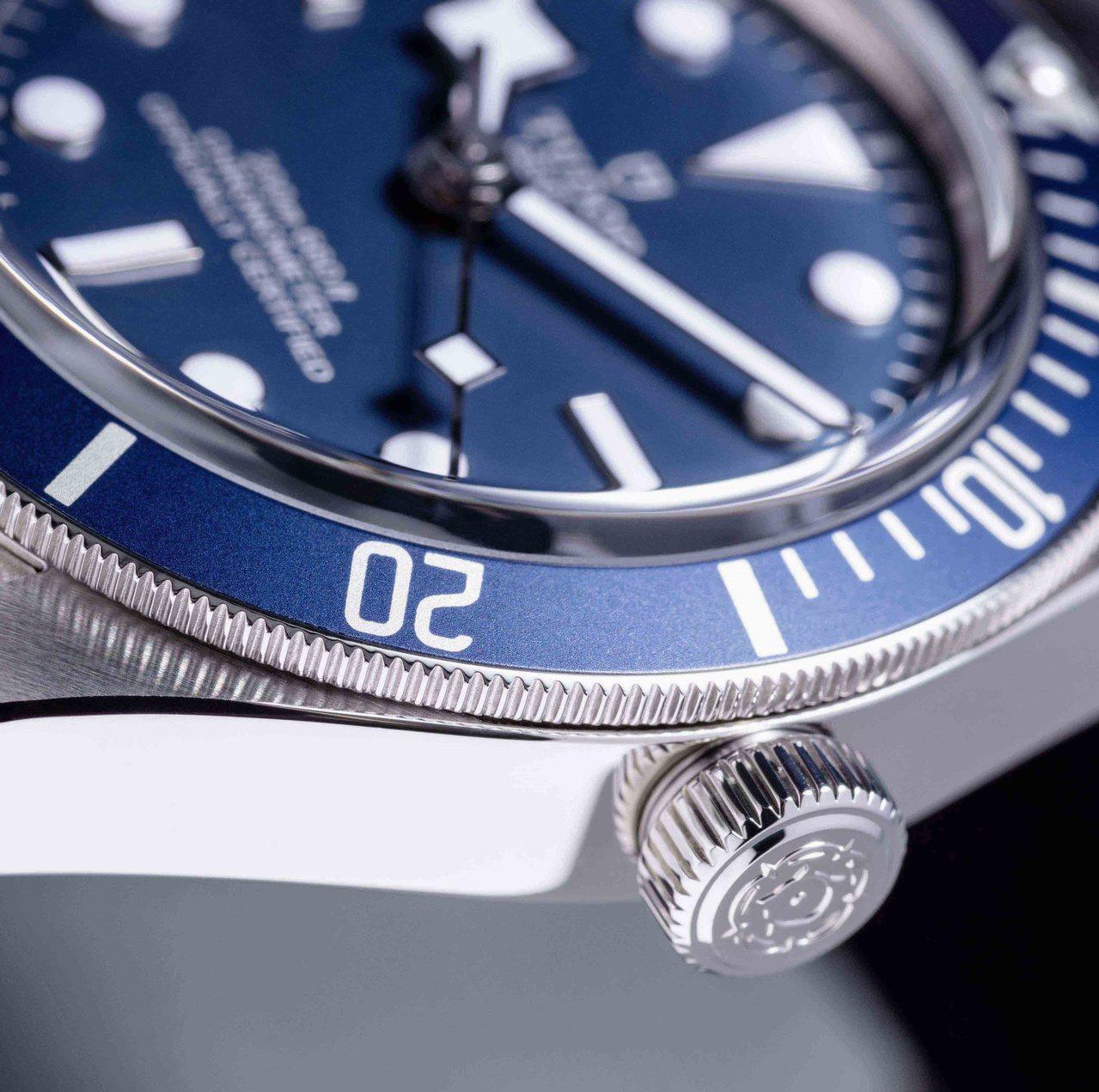 擁有海軍藍色表圈與表面的TUDOR Fifty-eight腕表,精密,同時有20...
