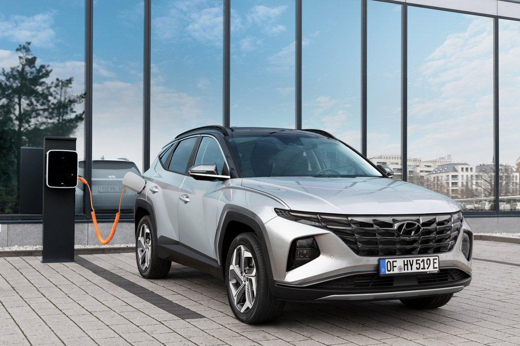 第四代Hyundai Tucson推出了車系16年歷史裡前所未有的插電式油電混合...