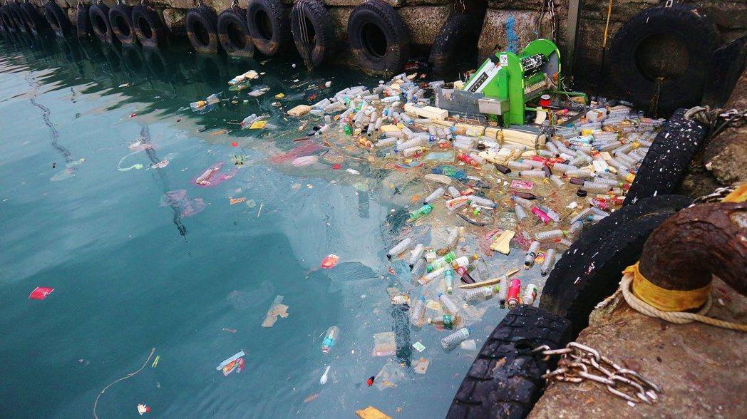 一代「湛鬥機」無法隨著風向轉換清理漁港的垃圾。圖片提供/湛藍海洋聯盟