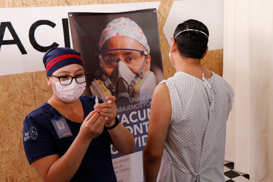 今年11月,一名墨西哥疫苗志願者接受施打中國康希諾生物(CanSino Biologics)研發的疫苗。 圖/路透社