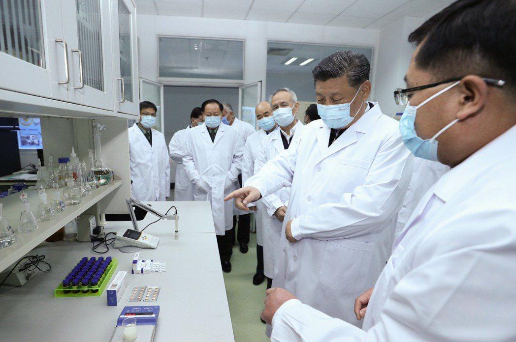 習近平曾於3月至軍事醫學研究院研究室了解疫苗和抗體研製。 圖/新華社