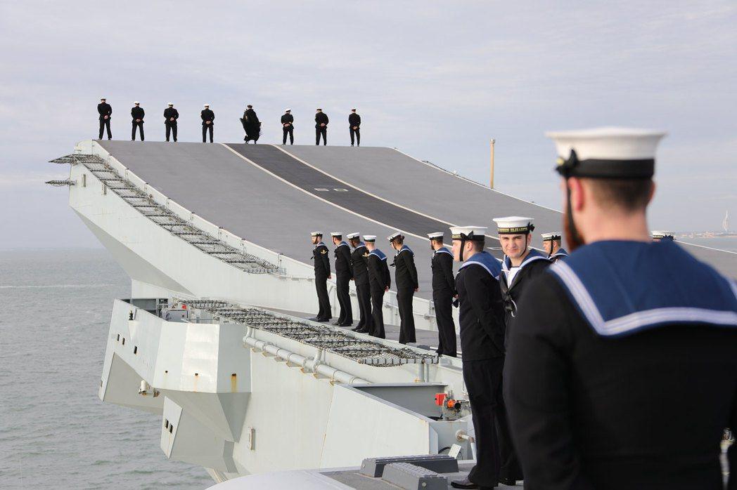 伊麗莎白航艦回母港時船員行站坡之禮。 圖/英國皇家海軍