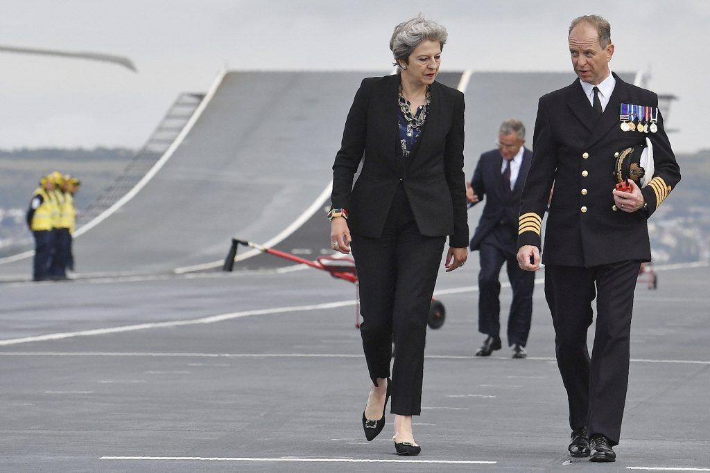 時任英國首相梅伊與英國艦隊司令基德。 圖/美聯社