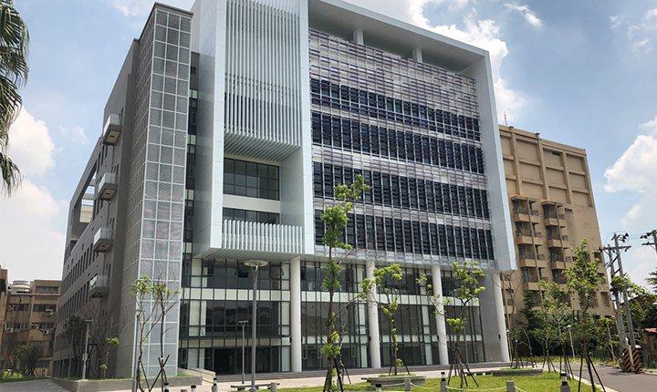 多功能活動中心為臺藝大近年來致力推動的新建工程之一,共耗資近6億元打造,總樓地板...