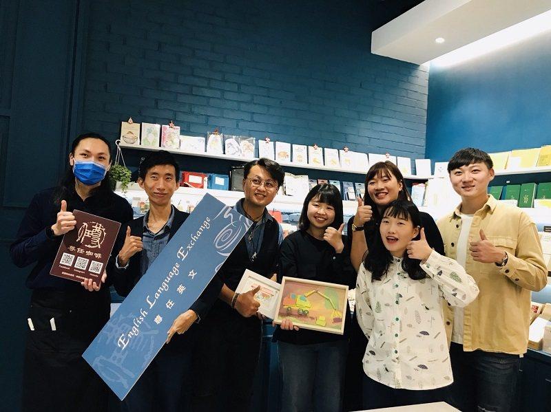 尊任咖啡的英文每月四次的講座,帶領參與者從當週主題切入學習英文。 尊任咖啡/提供