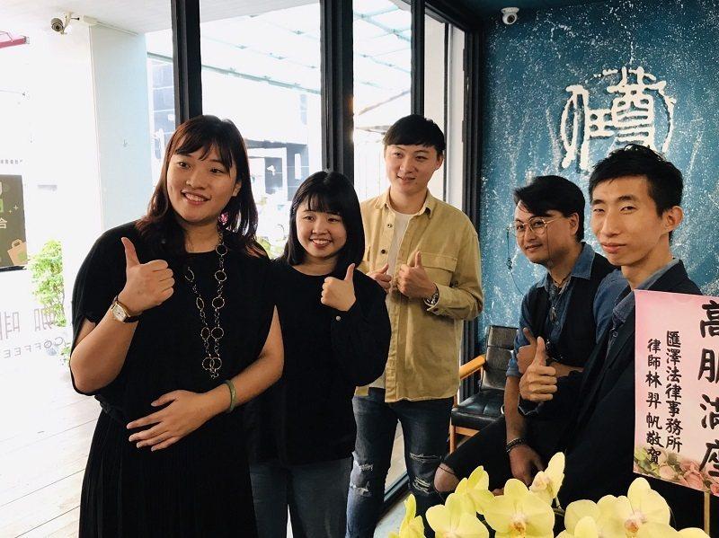 尊任咖啡執行長蔡依凝(左一)與該團隊共同合影。 尊任咖啡/提供
