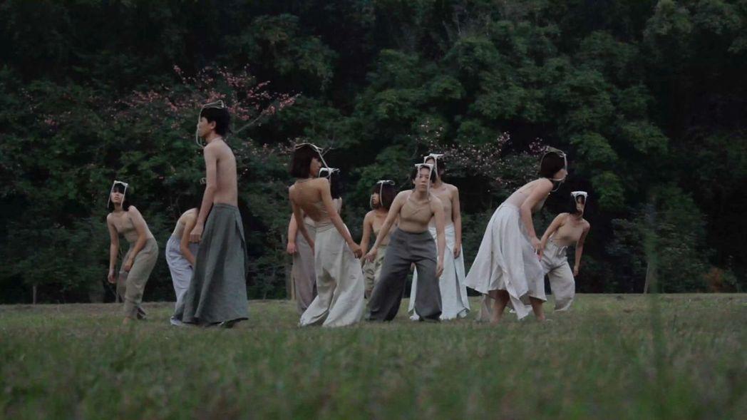 南藝大班芝花劇團最新舞蹈劇場作品《皺皺的海》。 南藝大/提供。