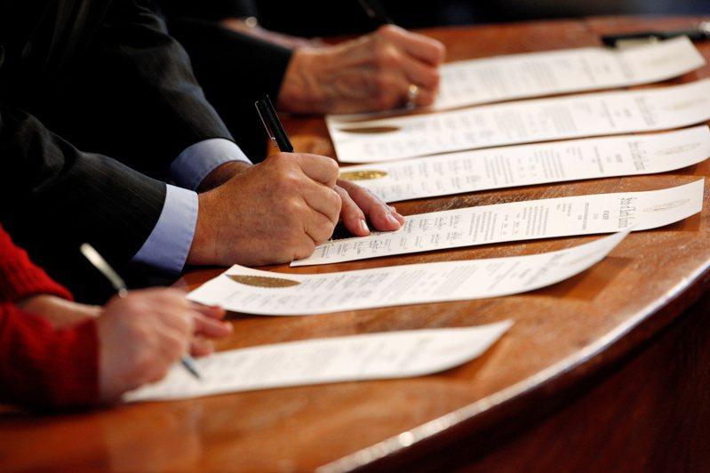 各州选举人团将在华盛顿投票选出下任总统,图为北卡州的选举人日前签署文件。(路透)(photo:UDN)