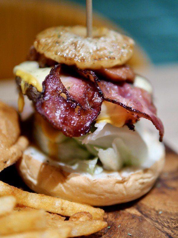 主菜,夏威夷牛肉漢堡、香酥薯條