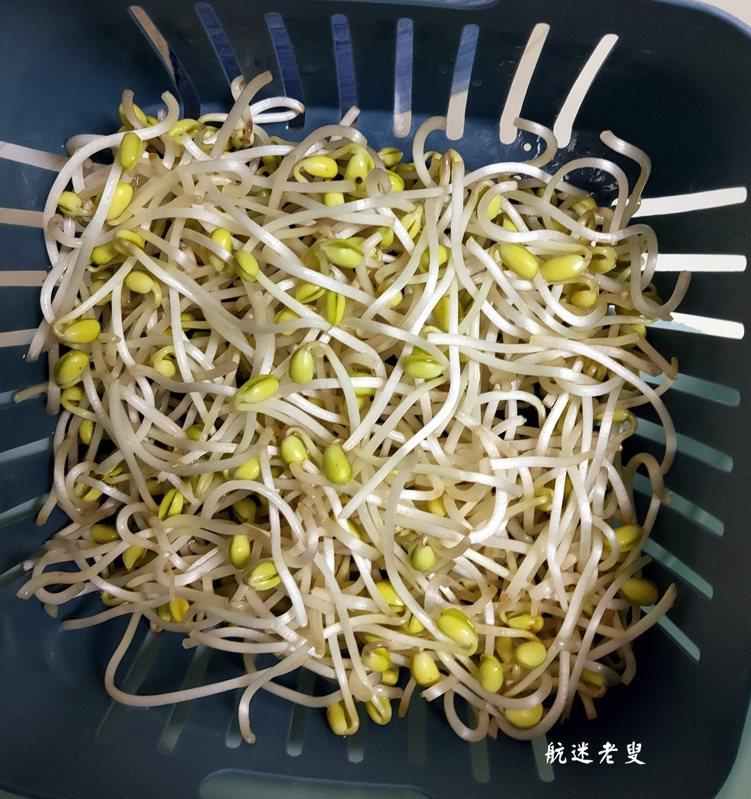 黃豆芽掐掉尾端,泡水洗淨瀝乾。