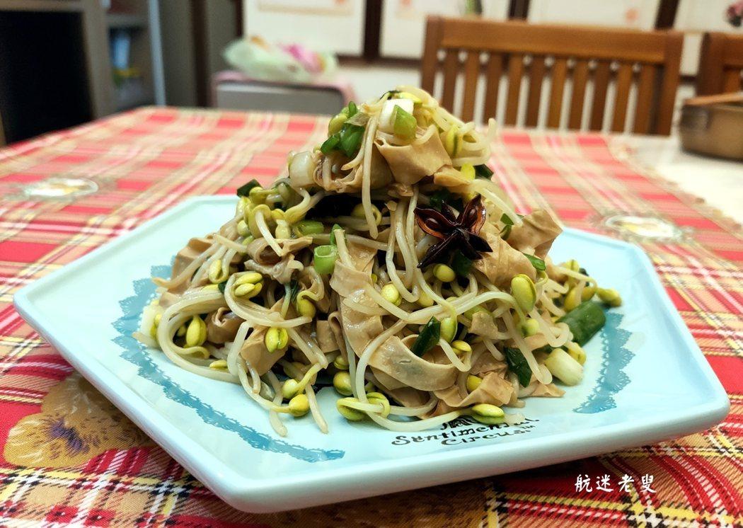 嫩黃青綠,簡簡單單的作法, 也就有那種簡簡單單的幸福, 食物不只填飽肚子,這道家常菜, 也可隨意的變化,加上幾段辣椒, 也更有味道咧!
