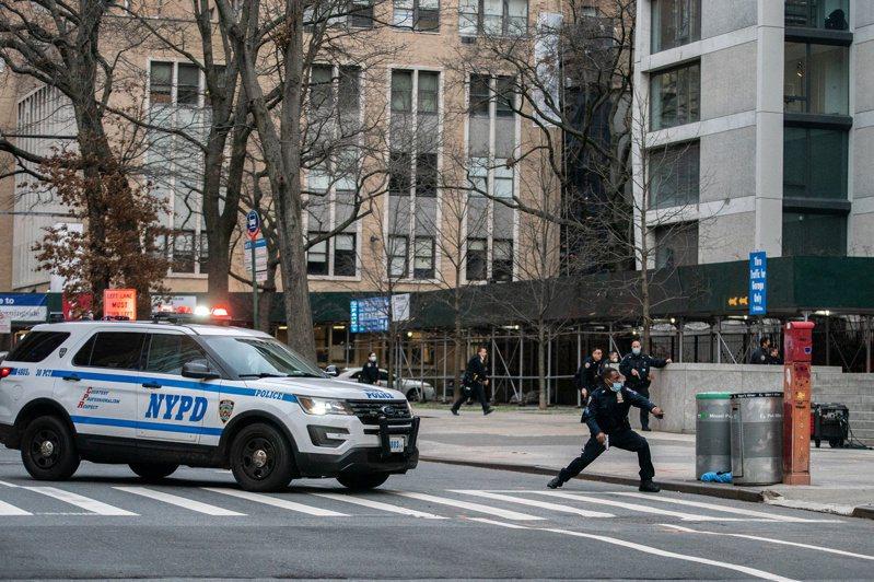 槍擊發生後,現場立刻有3名執法人員朝著槍手連開15槍,槍手中槍倒地,送醫後不治身亡。路透