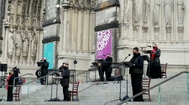 13日下午4点左右,教堂外阶梯正举行圣诞合唱团表演,演出结束时,突然有一名男子手持两把半自动手枪连开多枪。路透(photo:UDN)