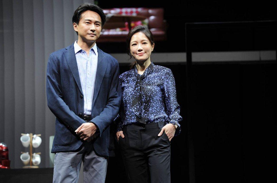 尹馨(右)與狄志杰演出「我們與惡的距離」舞台劇。圖/故事工廠提供