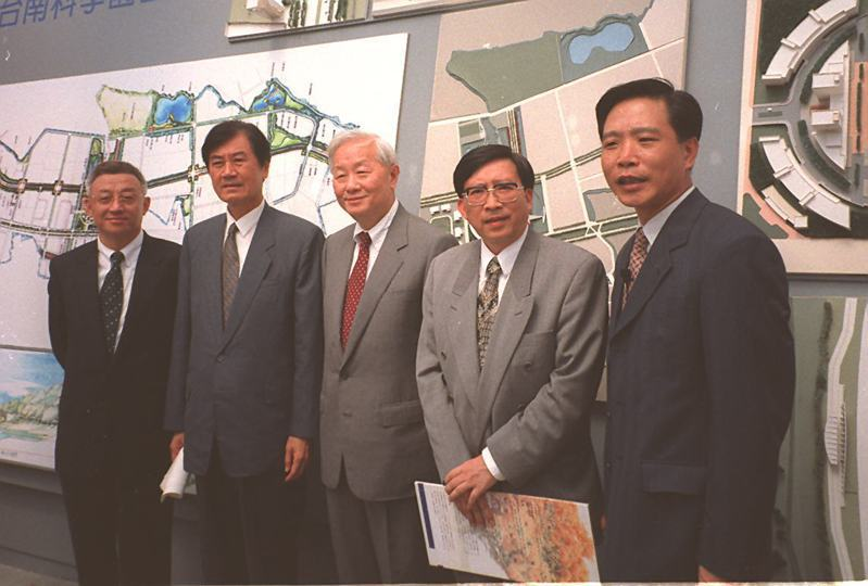 早在二十多年前,張忠謀與曹興誠在台灣半導體圈是水火不容的兩大勢力,圖為1997年兩人南科同台的畫面,左一是曹興誠,中為張忠謀。圖/聯合報系資料照片