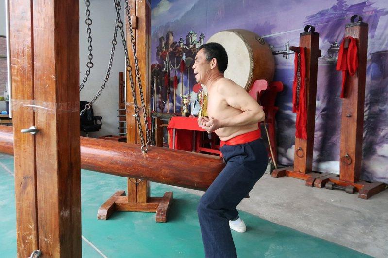 軍屯武術館館長王留太親自向路透記者示範鐵襠功。路透