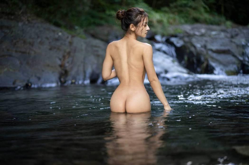Miya深入山林拍裸體寫真。圖/有魚娛樂提供