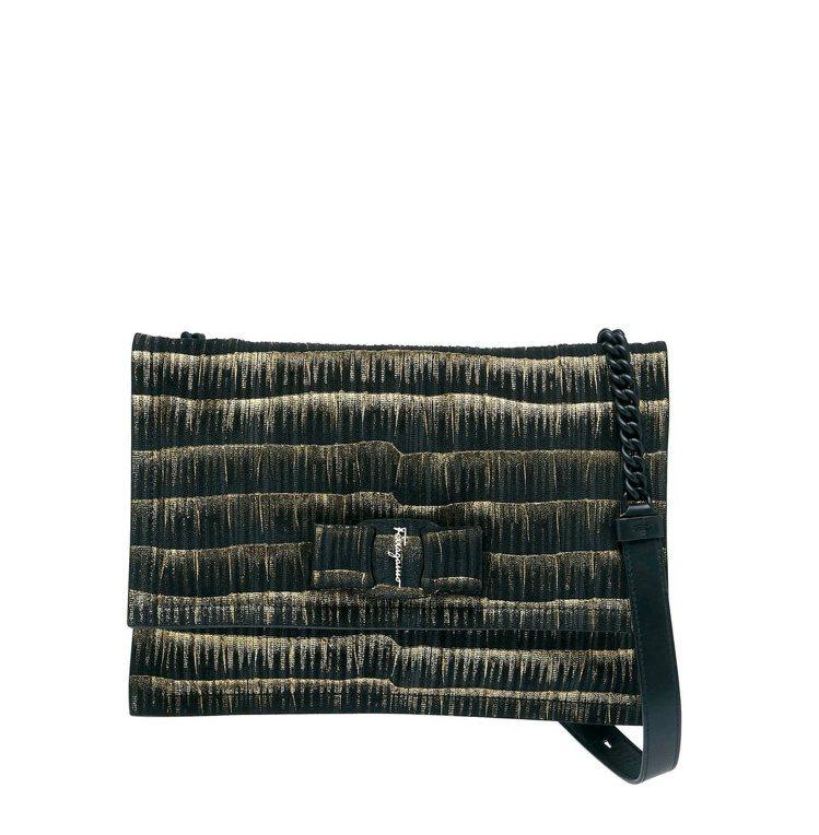VIVA黑金色小牛皮肩背包,53,900元。圖/Salvatore Ferrag...