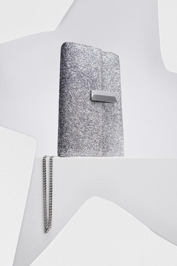 銀色亮片方形手拿包,8,900元。圖/BOSS提供