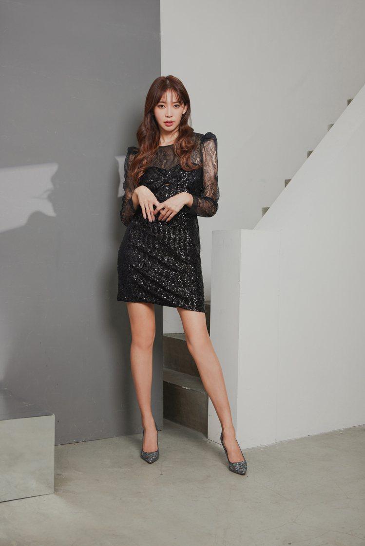 女星王心恬穿Blumarine的蕾絲亮片拼接洋裝,搭配Jimmy Choo亮片高...