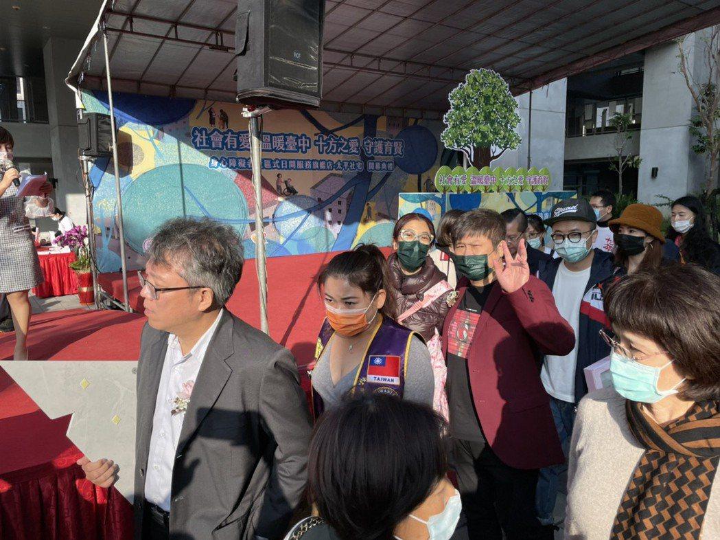 胡瓜(右)和丁柔安夫唱婦隨一起做公益。記者葉君遠/攝影