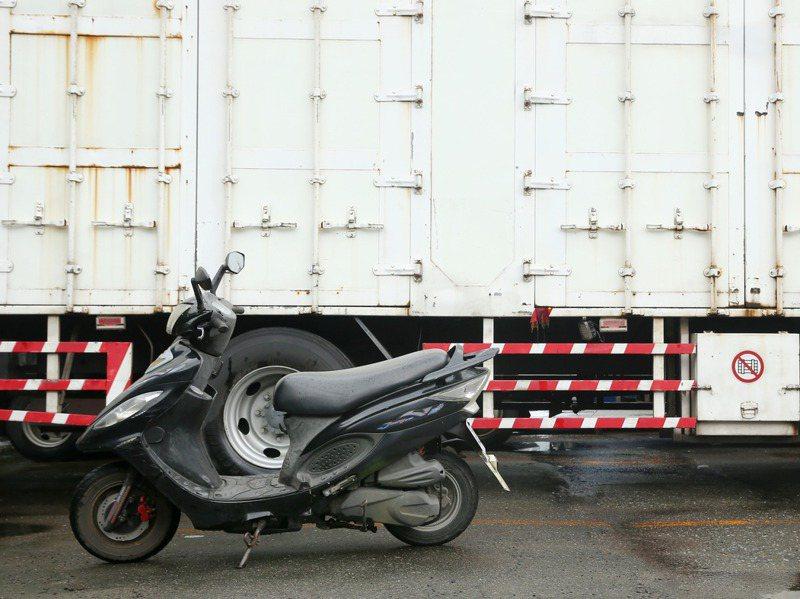 國內大貨車「內輪差」事故頻傳,學者提出降低防捲入裝置離地距離,業界認為實務上不容易。圖/聯合報系資料照片